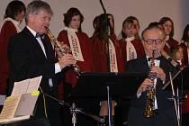 Felix Matulka se svými přáteli zahrál před zaplněným sálem kina na tradičním vánočním koncertu ve Stříbře.
