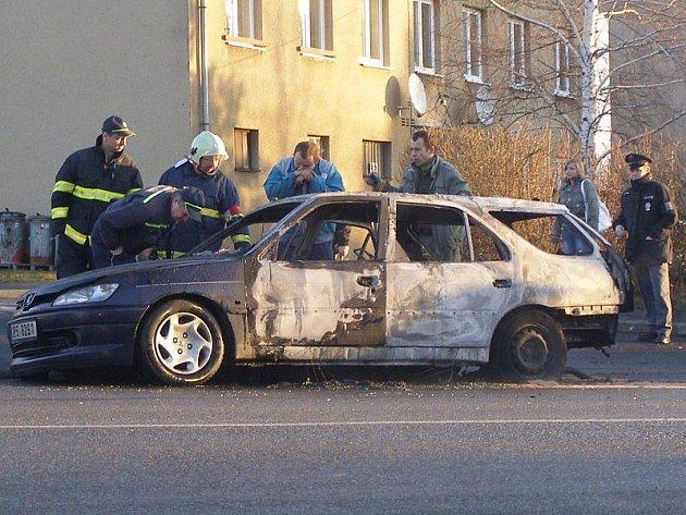 Při cestě do školy se řidičce ze Sytna náhle vznítil vůz. Se svým desetiletým synem stihli jen tak tak utéci.