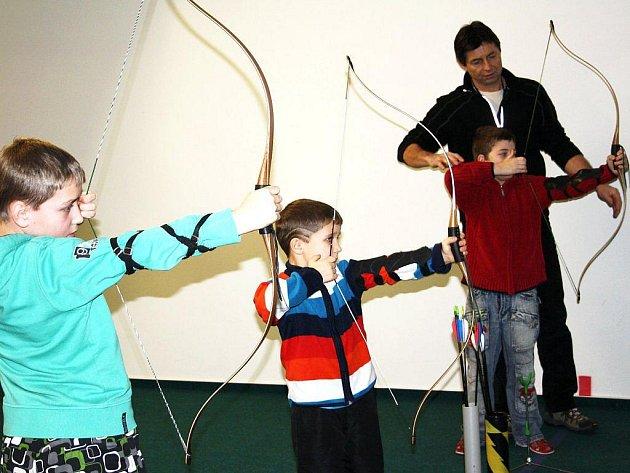 Děti z prázdninového příměstského tábora, který pořádá Dům dětí a mládeže Mraveniště Tachov,prožily den ve střelnici Rychta. Pod dohledem se učily střílet z luků a vzduchovek.