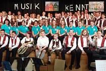 ZÁVĚREČNÉ společné foto všech tří orchestrů, které na koncertu v Neustadtu účinkovaly.