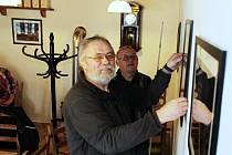 Fotografové Vladimír Petráček z Velké Hleďsebe a Ivan Tomášek z Plané při instalaci výstavy na téma Hra se světlem a Krajina.