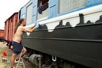CELOU TRAŤ LOKÁLKY Z PŇOVAN DO BEZDRUŽIC v podobě siluet staveb a krajiny tvoří formou graffiti Ladislav Zeman. Dílo na vagonu mohou spatřit návštěvníci a cestující na nádraží v Bezdružicích.
