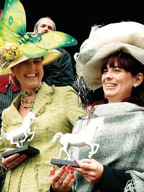 Atraktivní soutěž klobouků (na snímku), stejně jako loňské dostihy, budou při letošním setkání šlechticů v Karlových Varech chybět.