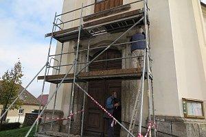Oprava portálu kostela sv. Jiří v Černošíně