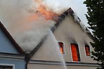 Požár střechy pekárny v Plané