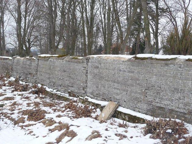 Stará hřbitovní zeď.