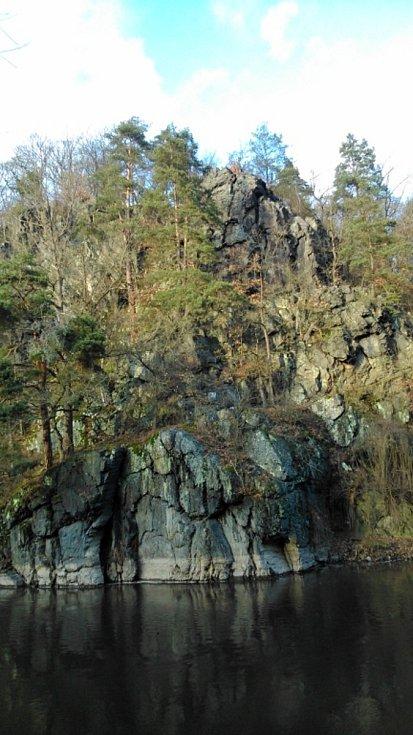 Romantické skály nad řekou Mží.