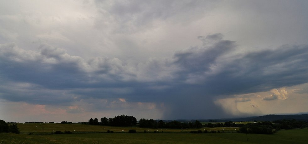 Vývoj bouřkové oblačnosti na Tachovsku.
