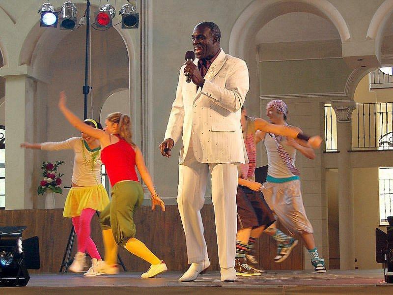 JIM FERGUSON V TACHOVSKÉ JÍZDÁRNĚ. Světoznámá legenda soulu a funky, bývalý člen známé britské skupiny Hot Chocolate Jim Ferguson se v neděli představil tachovskému publiku.