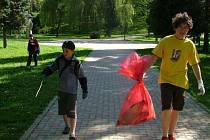 DO PROJEKTU nazvaného Dvaasedmdesát hodin proti lhostejnosti se v minulosti zapojila mládež, například úklidem parku.