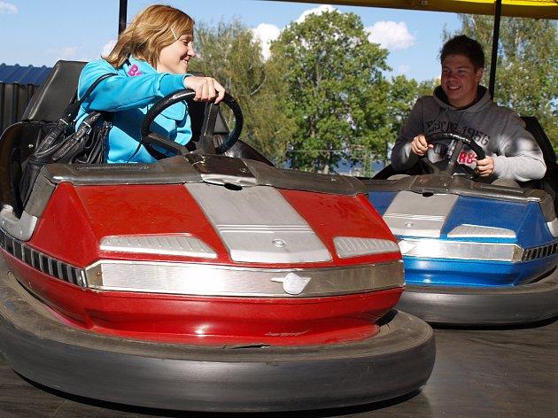 V ROZVADOVĚ bylo na výběr mnoho atrakcí. Účastníci si mohli užít například na oblíbených autíčkách. Na fotografii je zabrána bouračka dvou řidičů.