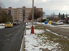 ÚZKOU silnici by chtěli někteří Tachované před Základní školou Zárečná rozšířit tím, že by se odstranil travní pruh.