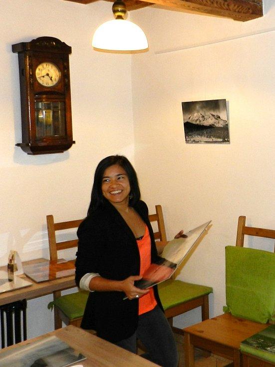 V cukrárně u kostela je nyní k vidění výstava Krásy Mexika očima Sinai Solis.