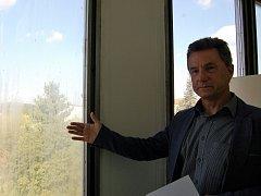 PLÁNOVANÁ VÝMĚNA skleněné stěny a bočních oken se začne realizovat na jaře příštího roku. Ředitel polikliniky Petr Tuháček dlouhodobě upozorňuje na špatný stav skel a velké úniky energie.