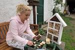 STUDENTKA POLYGRAFICKÉ ŠKOLY  Jiřina Oberdörferová Honomichlová miluje práci s přírodninami. Sama si vyrábí dekorace na zahradě. Jedním z prvních děl byl včelí domeček.