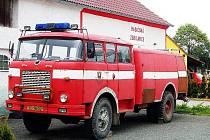PRO STAŘIČKOU cisternu se dobrovolní hasiči již několik let snaží postavit přístavek ke zdejší požární zbrojnici. Zatím se jim to nepodařilo, auto tak parkuje před místní hasičárnou.