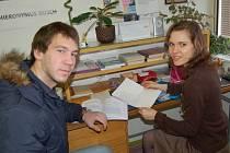 Brankář dorosteneckého týmu Chelsea Jan Šebek si při své návštěvě v Tachově vyzvedl úkoly, které mu pro jeho individuální studium na Gymnáziu v Tachově připravila vyučující Iva Váchová.