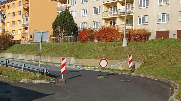 ZÁKAZ VJEZDU. Omezení platí od minulého týdne v části Jabloňové ulice v Tachově kvůli vychýlené opěrné zdi.