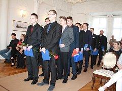 Třináct studentů denního studia a jeden student dálkového studia Střední průmyslové školy Světce si slavnostně převzali svá maturitní vysvědčení v obřadní síni tachovského zámku.