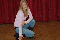 Nikola Kozáková nám zapózovala v sále kulturního domu v Dlouhém Újezdu, kde trénuje.