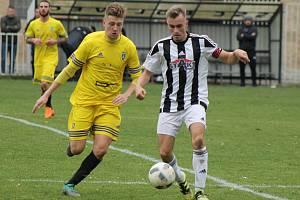 Fotbalisté Baníku Stříbro (hráč ve žlutém) mají za sebou první měsíc přípravy.