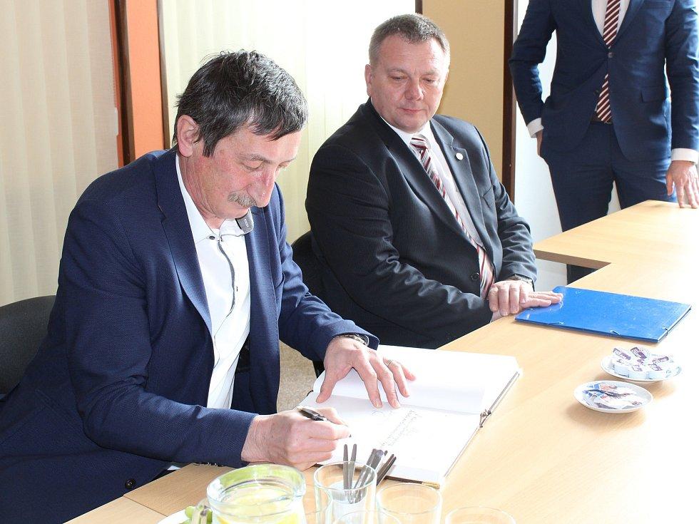 Senátorky a senátoři v Tachově na radnici.