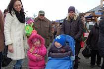 Od uzenin, přes cukrovinky až ke králíkům, a řadu dalších produktů nabízely v sobotu farmářské trhy. Do Tachova se opět vrátí 20. dubna. Na snímku s králíkem je Maruška, dcera Dagmar Novohradské (vlevo).
