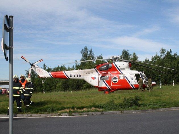 Vrtulník odvezl řidiče k dalšímu vyšetření.