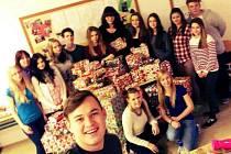 Studenti stříbrské obchodní akademie se sbírkou dárků, kterou uspořádali pro děti.
