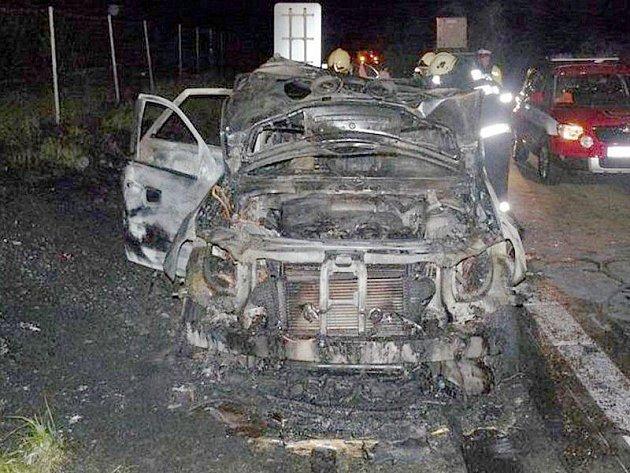 HASIČI VŮZ NEZACHRÁNILI. Automobil, který začal hořet na dálnici nedaleko Kladrub, už hasiči nestihli zachránit.
