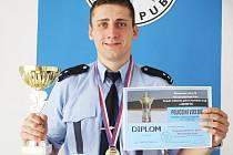 ALEŠ MIKULOVSKÝ s trofejemi, která vyhrál v policejním víceboji.