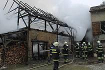 PŘI POŽÁRU stodoly zasahovali profesionální hasiči z Tachova a pět jednotek dobrovolných hasičů z Tachovska i Domažlicka. Oheň způsobil milionovou škodu.