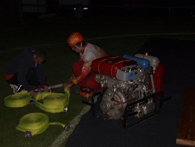 PŘÍPRAVA NA soutěž zabrala hasičům několik dlouhých desítek minut. Už v tom však mají praxi a šlo to rychle.