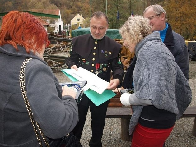 Karel Neuberger z Hornického spolku Stříbro seznamuje s trasou a zastaveními nové stezky.