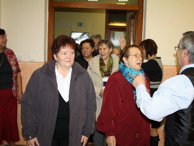SETKÁNÍM SENIORŮ otevřela obec Kostelec rekonstruovaný kulturní dům. První návštěvníky přivítal starosta František Trhlík (vpravo).