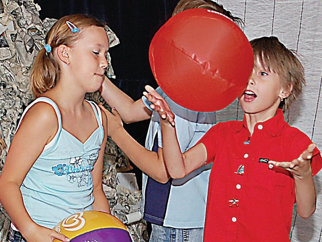 Malí herci si v pondělí vyzkoušeli, jaké je to stát na divadelních prknech.