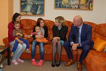 Ministryně Kateřina Valachová při prohlídce Dětského domova Čtyřlístek Planá, s plzeňským hejtmanem Josefem Bernardem