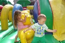 Děti skákací hrady milují. V Kokašicích tak měly dokonalou možnost se dosyta vyřádit