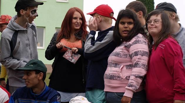 Klienti ústavu sociální péče v Milířích s Bárou Zemanovou, před samotným vystoupením.