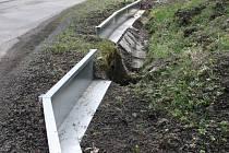 Takové bariéry, jako jsou u Lučiny, zabraňují hromadnému úhynu žab pod koly aut.