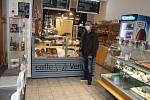 Kavárna v tachovské Husitské ulici uzavřela ve středu bariérou ze židlí stolky s posezením a prodává u pultu pouze pečivo, zákusky a kávu s sebou.