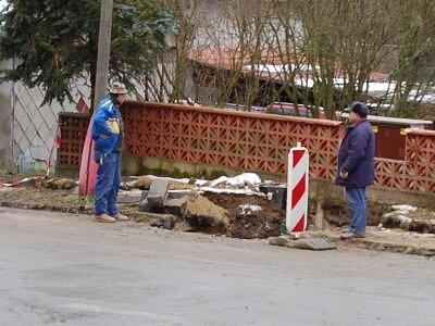 HLEDÍ DO VÝKOPU. Dělníci z firmy První žďárská plynárenská a vodařská kontrolují stav zakopaného potrubí.