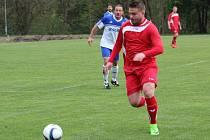 V derby mezi Chodovou Planou (v červeném) a Částkovem padlo devět gólů. Z vítězství se radovali domácí, kteří vyhráli 6:3.