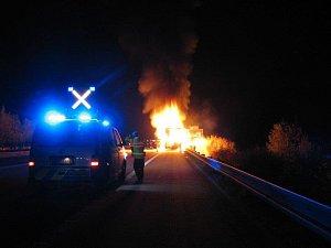 Požár návěsu kamionu na hodinu uzavřel úsek dálnice D5 v úrovni obce Doly.