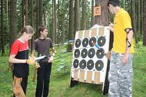 Soutěž v terenní lukostřelbě se uskutečnila v lese v Tachově Na Svaté. Organizátoři rozmístili terče na několika místech lesního porostu, soutěžící se museli trefit i na několik desítek metrů. Sešlo se skoro čtyřicet závodníků