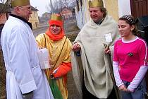 Tříkrálová sbírka se uskutečnila i v Chodové Plané na Tachovsku. Na snímku zleva: Jan Knap, Věra Vajskebrová, Jaroslav Šašek (farář Plané) a svým darem přispěla také Lucie Sekerová.