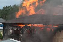 V Plané na Tachovsku hoří sklad plynových lahví, podle svědků jich explodovalo přes sto.
