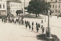 Morový sloup na tachovském náměstí byl za více než dvě století své existence svědkem řady dějinných událostí. Na snímku zásah československého vojenského oddílu při manifestaci sudetoněmeckých straníků v září roku 1938.