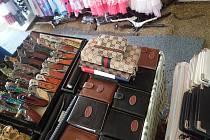 Téměř 3 000 kusů padělaného zboží zadrželi při prázdninových kontrolách plzeňští celníci na příhraničních tržnicích na Folmavě a ve Svaté Kateřině.