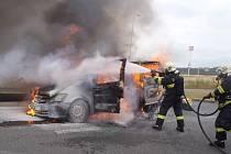 DODÁVKA začala hořet nedaleko stojanu pro čerpání LPG. Plameny šlehaly vysoko, vznítily se také pohonné hmoty, které začaly unikat z nádrže.